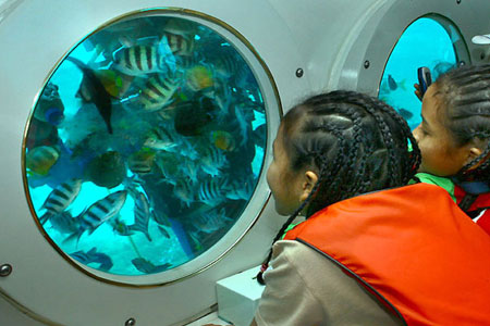 Jendela kaca di Odyssey Submarine Bali