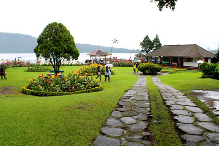 Taman tertata rapi di objek wisata Bedugul