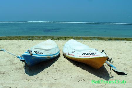 Main kano di pantai Pandawa