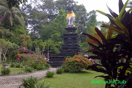 Objek wisata Tirta Empul Tampaksiring