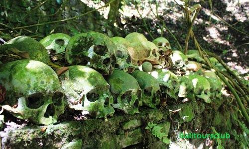 Tengkorak manusia di pemakaman desa Trunyan