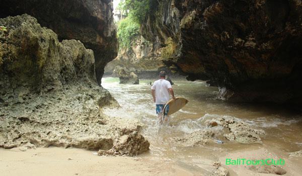 Peselancar di Pantai Suluban