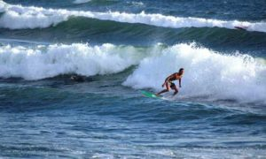 Surfing di Pantai Balian Tabanan