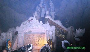 Salah satu pelinggih di Goa Giri Putri