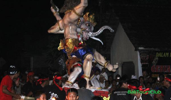 Pawai ogoh-ogoh di Bali