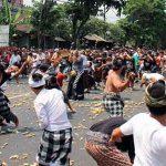 Perang Ketupat di Kapal Bali