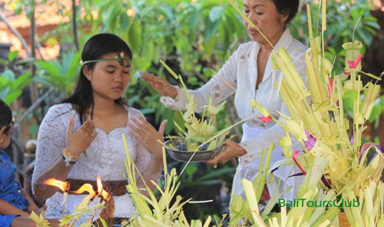 Hari otonan di Bali