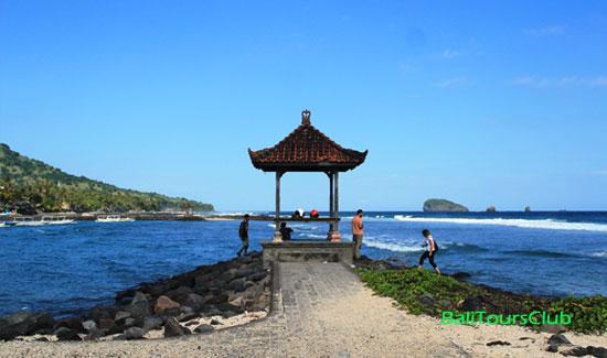 Gazebo di tepi pantai Candidasa
