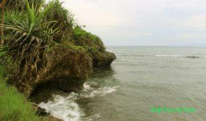 Tebing karang di pulau Nusa Dharma