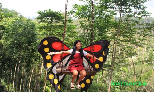 Foto selfie di Ayunan kupu-kupu
