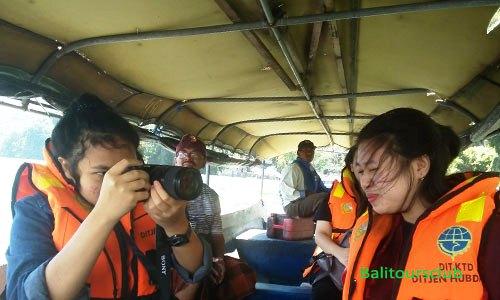 Penumpang dalam perahu ke Trunyan