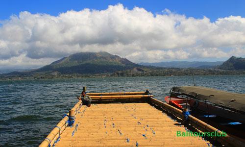 Perahu dan dermaga di pemakaman desa Trunyan