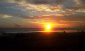 Pemandangan sunset di pantai Pasut
