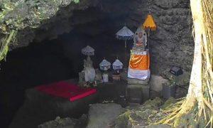 Pelinggig di Pura Goa Peteng Alam