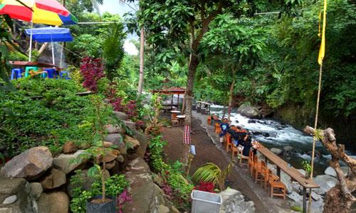 Taman Tao di pinggir sungai Banyumala