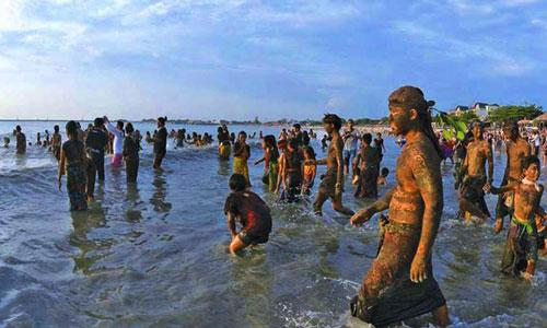 Mandi ke pantai dalam tradisi Mebuug-buugan Kedonganan