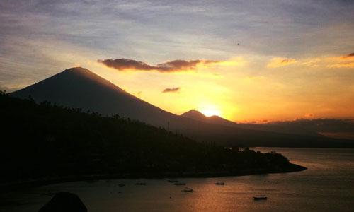 Pemandangan matahari terbenam dari Sunset point Amed