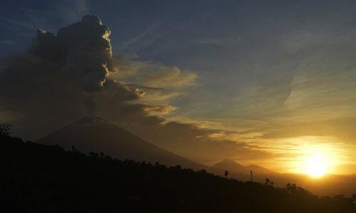 Pemandangan saat erupsi Gunung Agung dari Sunset Point di Amed