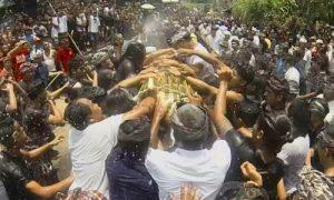 Tradisi Mesbes Bangke di Tampak Siring Gianyar
