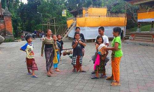 Anak-anak dalam tradisi Ngambeng