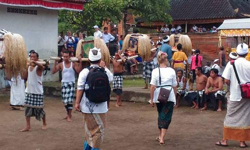Jempana diusung saat Tradisi Dewa Mesraman Klungkung