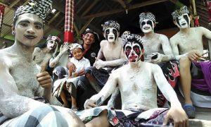 Riasan wajah peserta Tradisi Ngedeblag