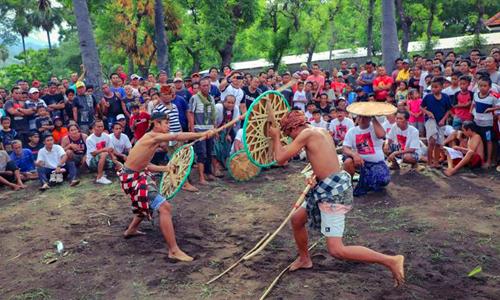 Tradisi Gebug Ende di Pemuteran Buleleng