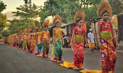 Tradisi Mepeed di Sukawati