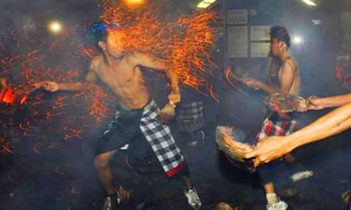 Tradisi Mesabatan Api di Nagi Gianyar