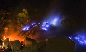 Blue fire di kawah Ijen - tempat wisata unik di Indonesia