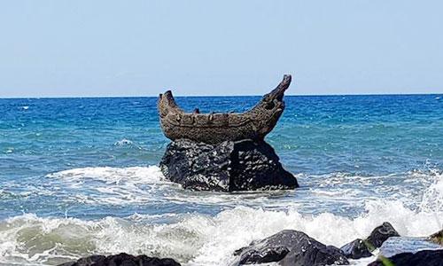 Arca batu berbentuk perahu di Pura Ponjok Batu