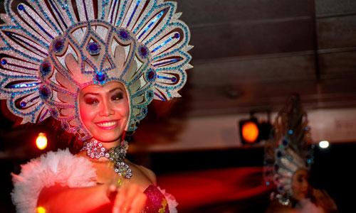 Hiburan di atas kapal Bali Hai cruise