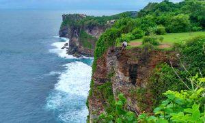 Pemandangan tebing dan laut di Karang Boma Cliiff