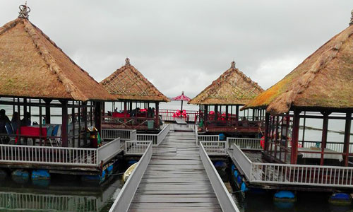 Restaurant terapung di danau Batur Kintamani