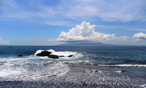 Pemandangan laut biru di pantai waters Yeh Malet