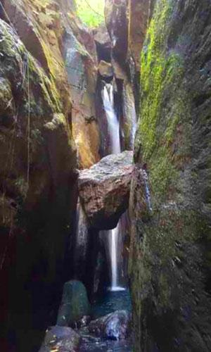 Air Terjun Batu Engsel di Karangasem