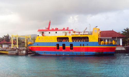 Kapal Roro di Pelabuhan Buyuk Nusa Penida