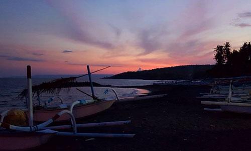 Saat sunset di pantai Jasri