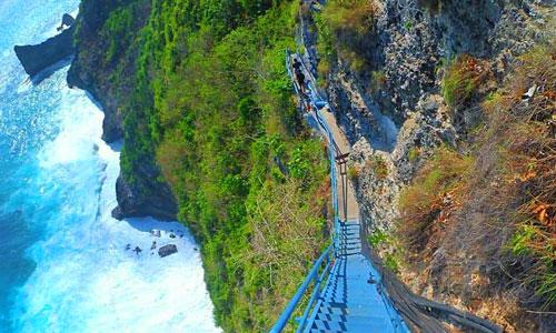 Anak tangga menuju Pura Segara Kidul Nusa Penida