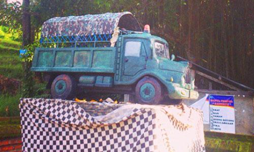 Pelinggih mobil di desa Sangket Buleleng