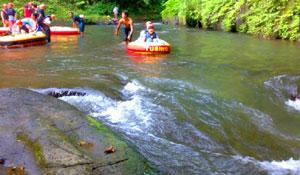 River tubing di sungai Pakerisan